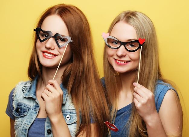 Twee stijlvolle sexy beste vrienden van hipstermeisjes klaar voor partij