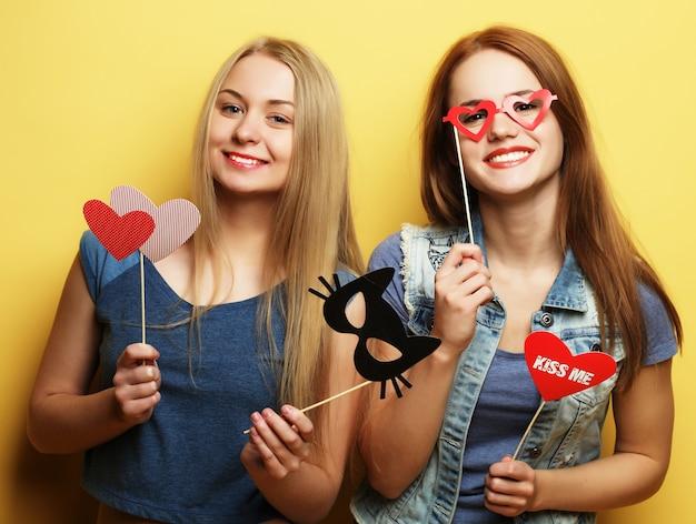 Twee stijlvolle sexy hipster meisjes beste vrienden klaar voor feest