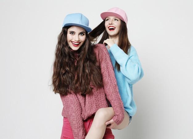 Twee stijlvolle sexy hipster meisjes beste vrienden.