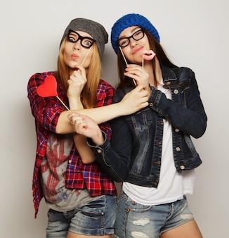 Twee stijlvolle sexy hipster meisjes beste vrienden