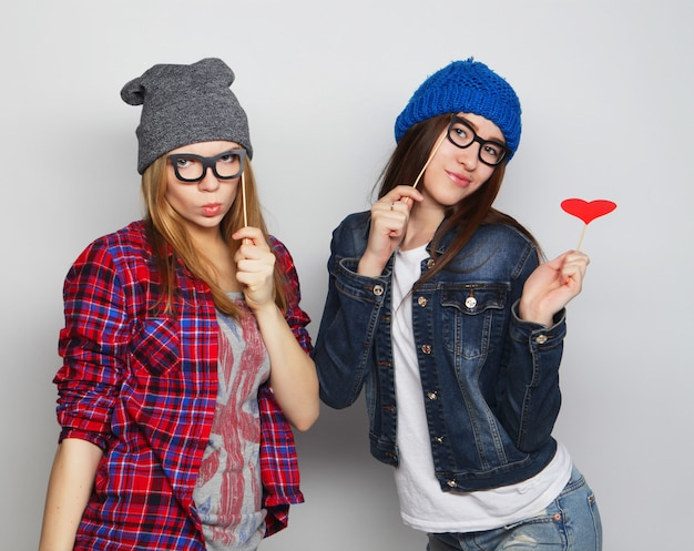 Twee stijlvolle sexy hipster meisjes