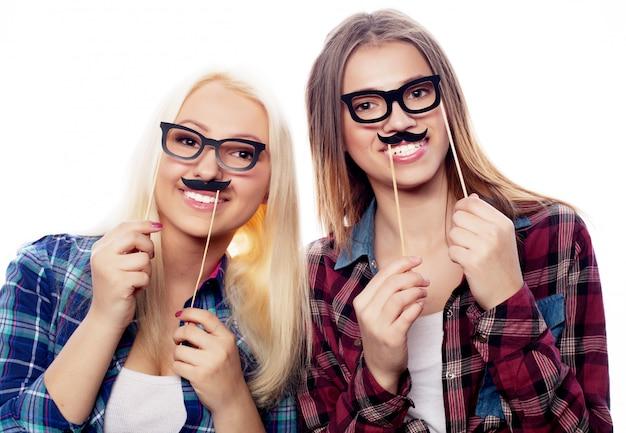 Twee stijlvolle sexy hipstermeisjes