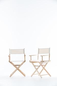Twee stoelen in het wit.