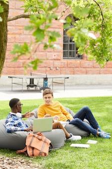 Twee studenten ontspannen buitenshuis