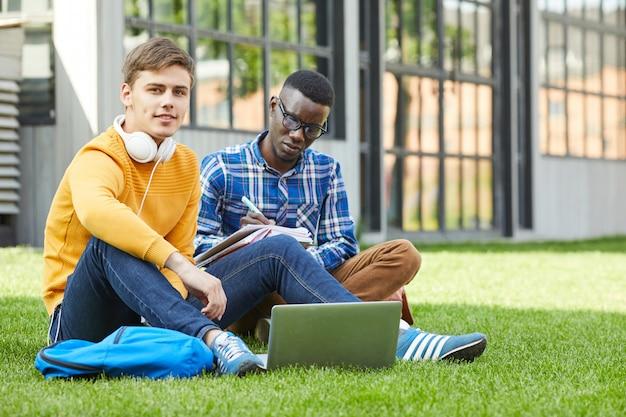 Twee studenten zittend op gras