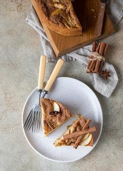 Twee stukken appeltaart met kaneel op een plaat griesmeelcake met appel en kruiden