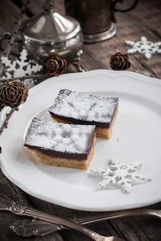 Twee stukken chocolade brownies op een witte plaat