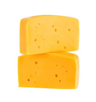Twee stukken kaas geïsoleerd op wit. met uitknippad.