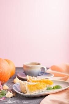 Twee stukken traditionele amerikaanse pompoenpastei met kop van koffie. zijaanzicht, copyspace.