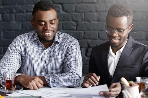 Twee succesvolle zakenpartners met een positief gesprek