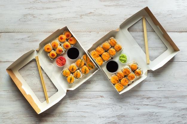 Twee sushi die in een vakje op een houten lijst worden geplaatst. straatvoedsel. bovenaanzicht