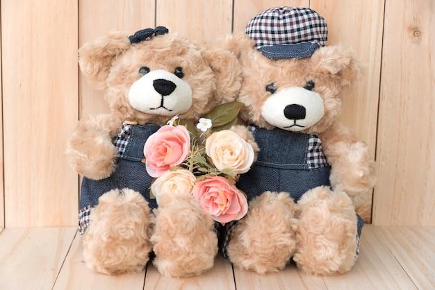 Twee teddyberen op houten achtergrond