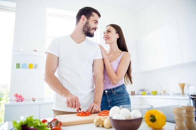 Twee tedere, vriendelijke mensen getrouwde man bereiden diner voor gezonde voeding