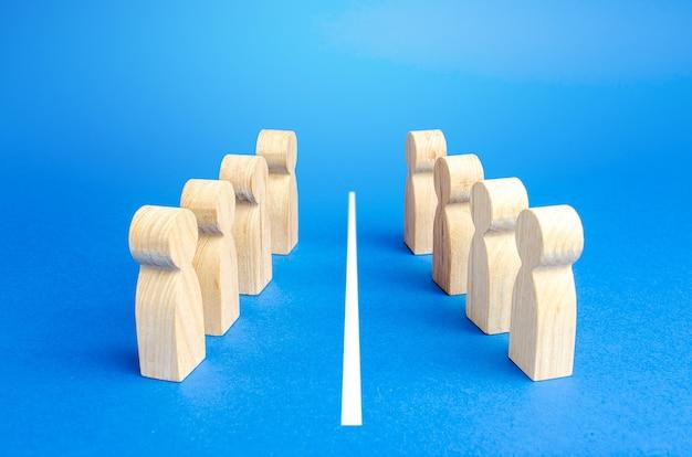 Twee tegenoverliggende zijden zijn gescheiden door een witte lijn. oplossing van het conflict door middel van onderhandelingen
