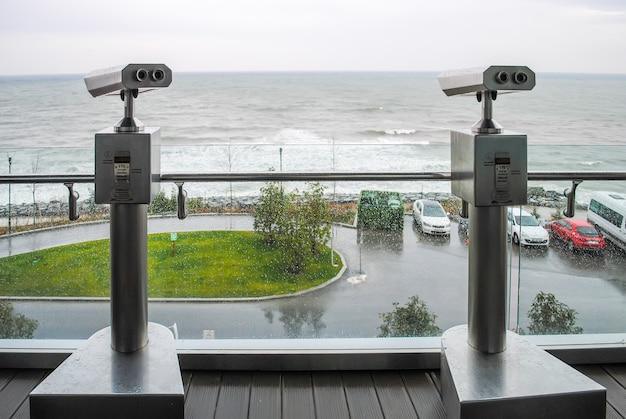 Twee telescopen aan de oever van de bosporus in turkije