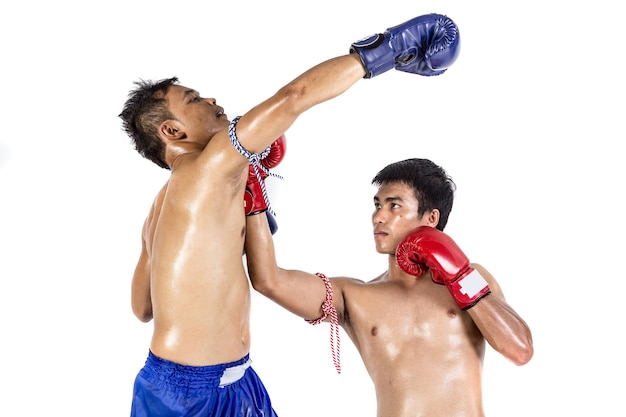 Twee thaise boksers die traditionele krijgskunst uitoefenen, die op witte achtergrond wordt geïsoleerd