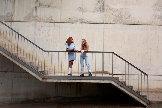 Twee tienermeisjes die samen buiten tijd doorbrengen