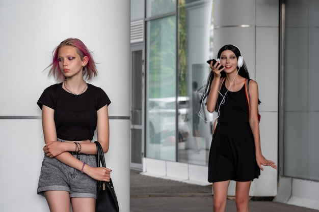 Twee tienermeisjes op een straat in de stad