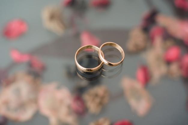 Twee traditionele bruiloft gouden verlovingsringen liggen