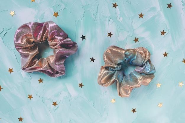 Twee trendy holografische scrunchies en gouden sterren