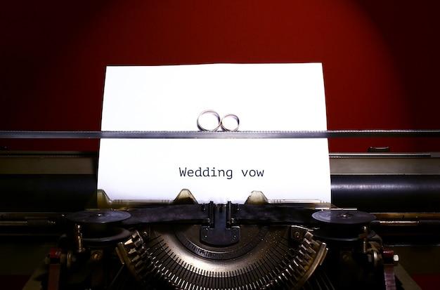 Twee trouwringen in oneindigheidsteken op een schrijfmachine. huwelijksgelofte concept.