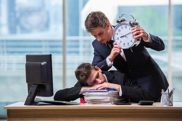 Twee tweelingen zakenlieden ruzie met elkaar over deadline