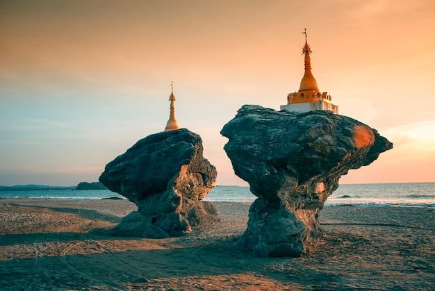 Twee tweelingpagoden, ngwe saung-strand op baai van bengalen in birma (myanmar).