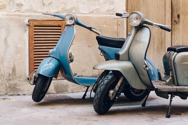 Twee uitstekende scooters geparkeerd op de straat