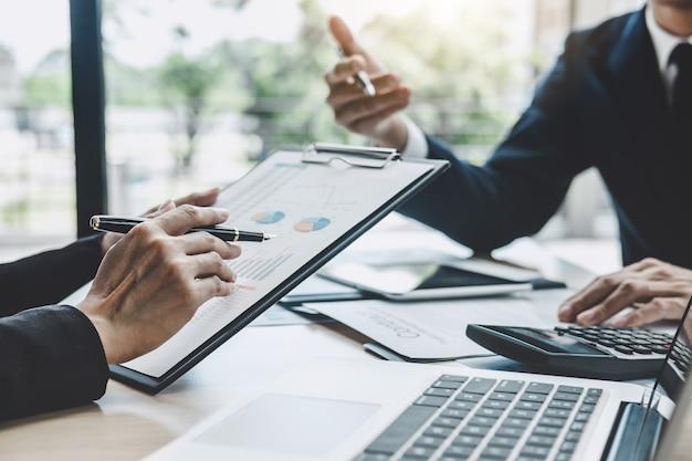 Twee uitvoerend die de succes financiële statistieken van het bedrijfengroei project bespreken