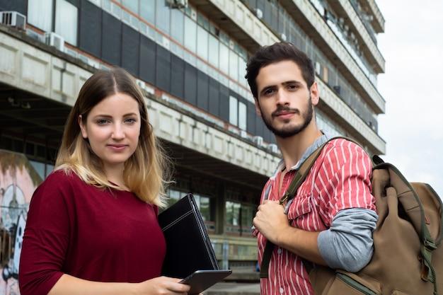 Twee universitaire studenten buitenshuis