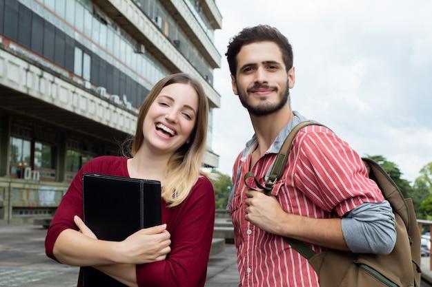 Twee universitaire studenten die samen buitenshuis studeren