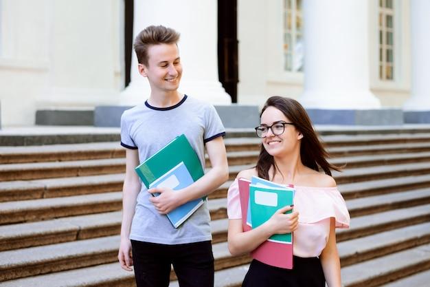 Twee universiteitsstudenten die na hun les naar huis gaan
