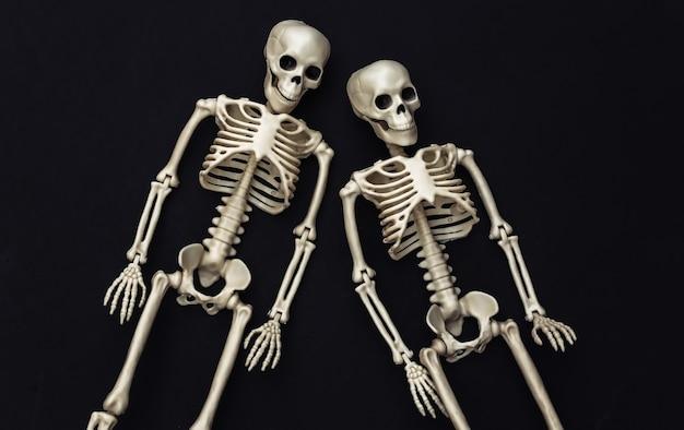 Twee valse skeletten op zwart. halloween-decoratie, eng thema
