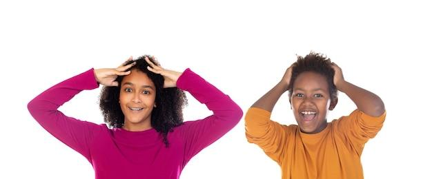 Twee verbaasde afrikaanse kinderen geïsoleerd op een witte