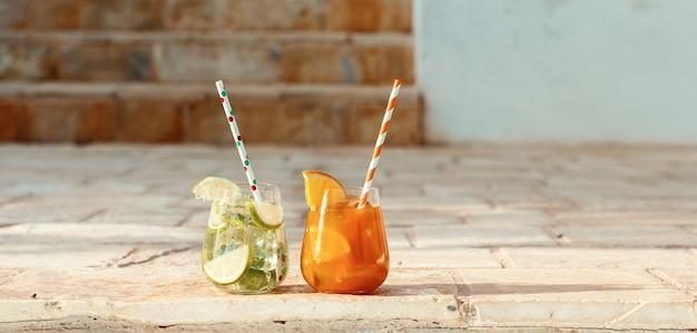 Twee verfrissende cocktails in een tuin van dichtbij