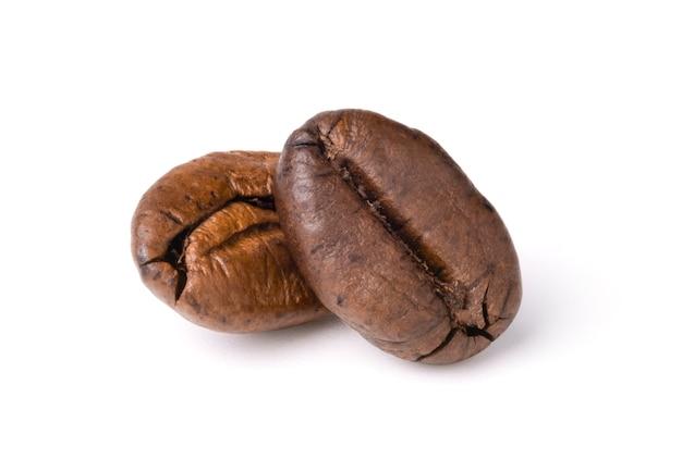 Twee vers gebrande donkerbruine arabica koffiebonen