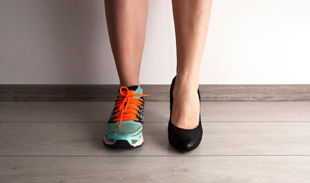 Twee verschillende soorten schoenen op de voeten van de vrouw