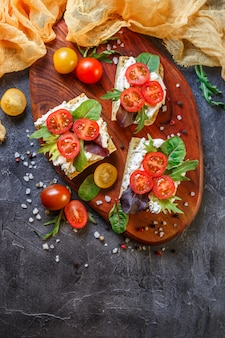 Twee verse broodjes met cherry tomaten