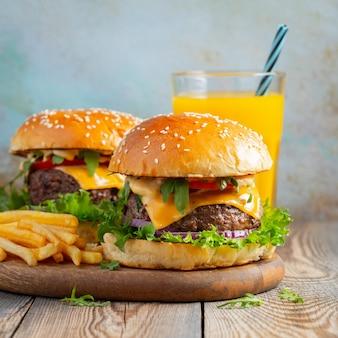 Twee verse zelfgemaakte hamburgers.