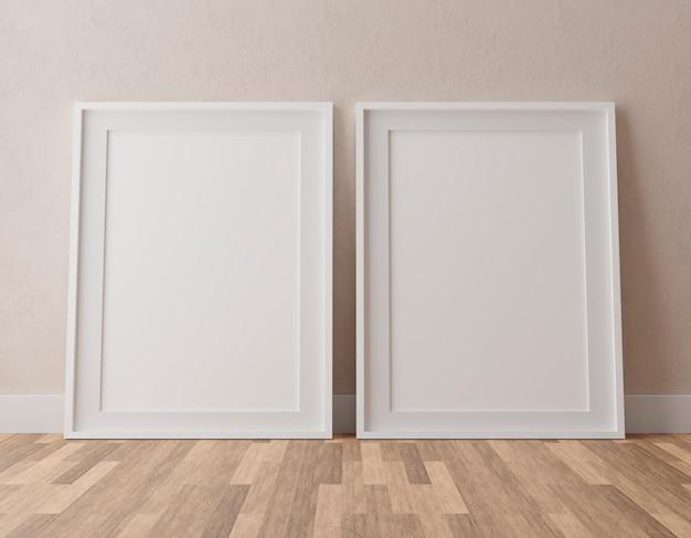 Twee verticale witte frames op beige muur