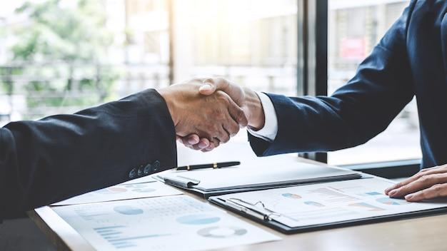 Twee vertrouwen in zakelijke handen schudden na het bespreken van een goede deal van handelscontract en nieuwe projecten