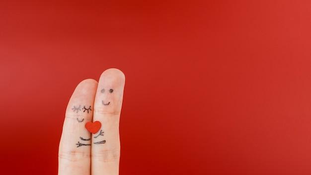 Twee vingers geschilderd met gezichten