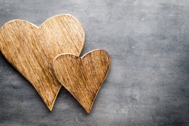 Twee vintage harten op grijze metalen achtergrond.