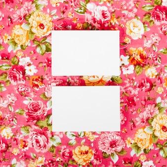 Twee visitekaartjes op vintage floral textuur achtergrond voor mock up
