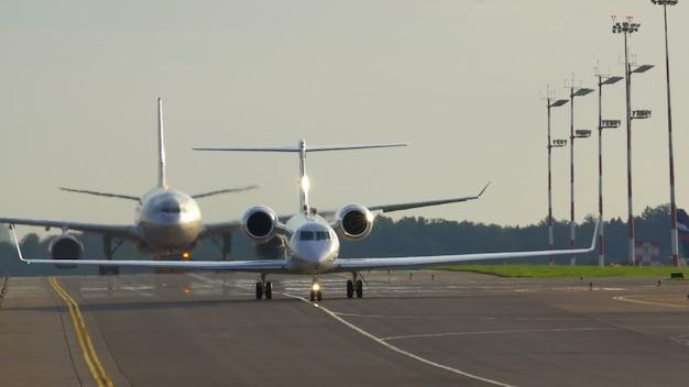 Twee vliegtuigen op de landingsbaan