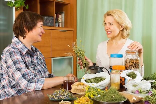 Twee volwassen vrouwen met kruiden