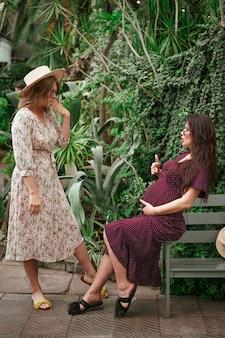 Twee vrienden communiceren dat een van hen zwanger is