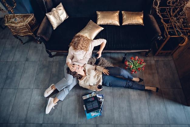 Twee vrienden delen met elkaar dromen en plannen het vieren van de vakantie in een gezellige sfeer met wijn en bloemen