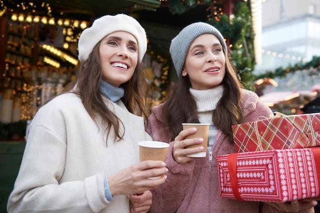Twee vrienden die rondkijken op een kerstmarkt
