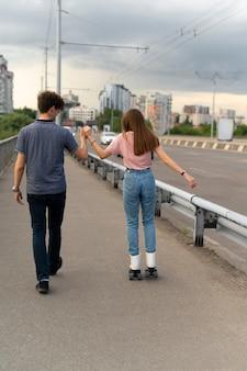 Twee vrienden die tijd samen buiten doorbrengen met rolschaatsen